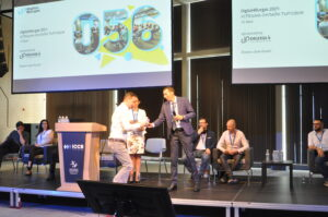 """Сотир Рангелов връчва награда от името на агенция за преводи """"Олтранс"""""""
